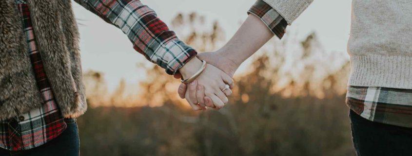 Paar zieht zusammen, Versicherung und Ersparnisse bei gemeinsammer Wohnung